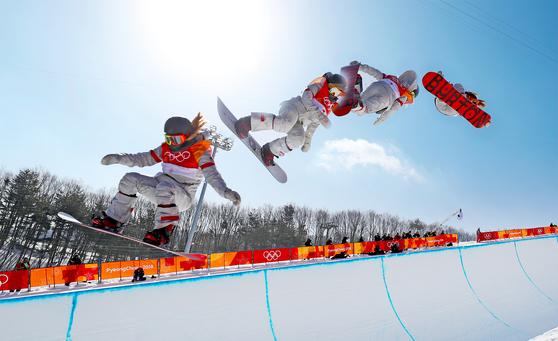 한국계 미국인 클로이 김이 스노보드 여자 하프파이프 결승에서 선보인 공중기술 합성사진. [뉴스1]