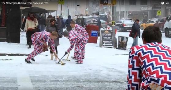 뉴욕 거리에서 '눈길을 컬링으로 치워준다'는 이벤트를 벌이고 있는 노르웨이 남자 컬링팀. [폭스 스포츠]