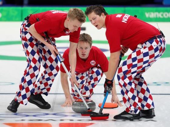 2010년 밴쿠버 올림픽에 처음 화려한 바지를 입고 출전한 노르웨이 남자 컬링팀의 모습. [AP]