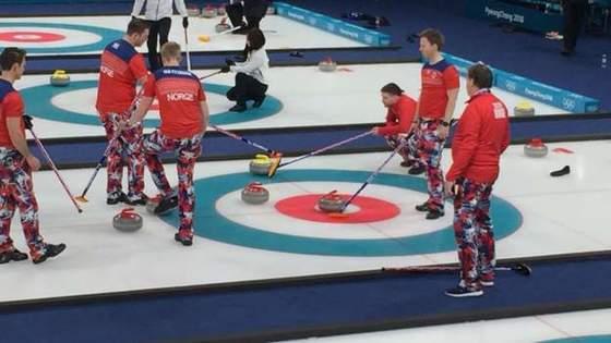 연습하고 있는 노르웨이 남자 컬링팀의 모습. 흰색, 검정색으로 옷을 입은 옆 선수들과 비교할 수 없을 정도로 화려하다. [BBC]