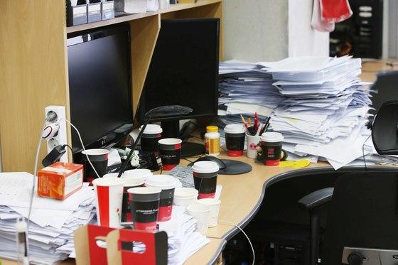 KAIST 학생들은 연구시간이 자유롭다. 올빼미형 연구원의 책상에 수북이 놓여 있는 커피잔. 양영유 기자