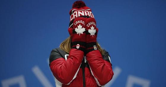 13일 쇼트트랙 여자 500m 결승에서 최민정의 실격으로 동메달을 획득한 캐나다의 킴 부탱이 14일 시상식에서 감정이 북받친듯 두 손으로 얼굴을 가린 채 흐느끼고 있다. [연합뉴스]
