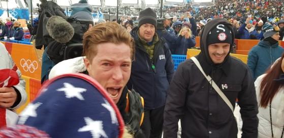 평창올림픽 스노보드 남자 하프파이프 우승을 극적으로 거둔 뒤, 기뻐하는 미국의 숀 화이트. [사진 독자 제공]