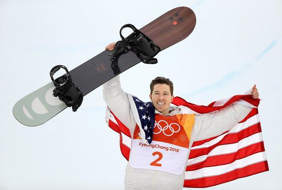 화이트가 스노보드 하프파이프에서 올림픽 통산 세 번째 금메달을 딴 뒤 기뻐하고 있다. [AP=연합뉴스]