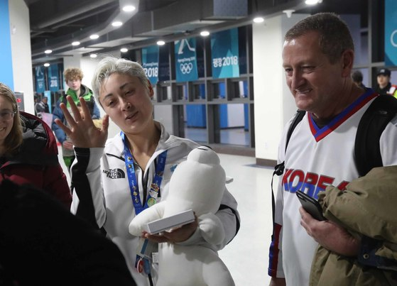 14일 강원도 강릉시 관동하키센터에서 열린 평창동계올림픽 여자 아이스하키 조별리그 B조 남북단일팀-일본 경기에서 단일팀 랜디 희수 그리핀(37번)이 득점에 성공하자 동료들과 기뻐하고 있다. 오종택 기자