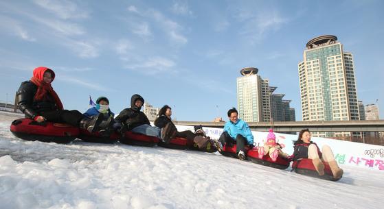 뚝섬한강공원 눈썰매장을 찾은 시민들이 눈썰매를 즐기고 있다. [중앙포토]