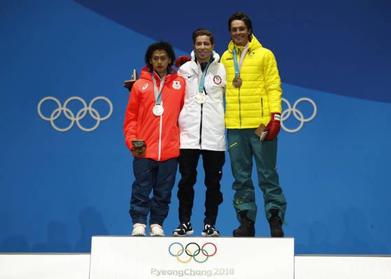 남자 하프파이프에서 금·은·동메달을 따낸 숀 화이트(가운데), 히라노 아유무(왼쪽), 스코티 제임스. [평창 AP=연합뉴스]
