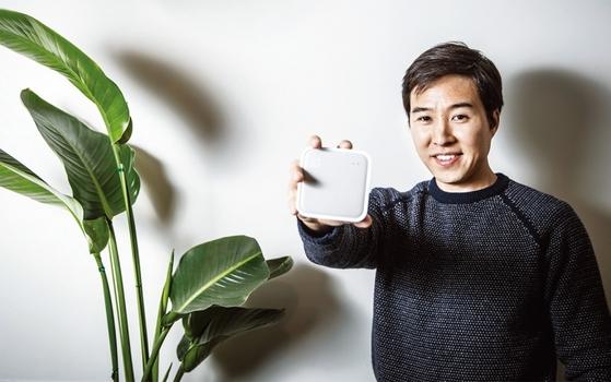 어웨어 서울 사무실에서 만난 노범준 대표가 공식 론칭을 앞두고 있는 어웨어 옴니의 기능을 설명하고 있다.