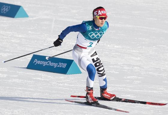 15일 오후 평창 알펜시아 올림픽파크 크로스컨트리센터에서 열린 2018 평창동계올림픽 크로스컨트리 여자 10km 프리 경기에서 한국 이채원이 역주하고 있다. [평창=연합뉴스]