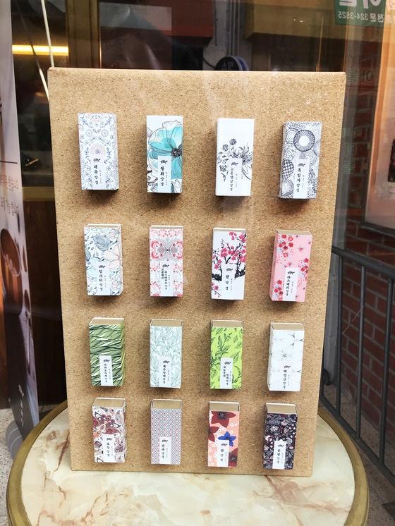 창문에 진열된 양갱 상자다. 총 16가지 종류의 양갱을 파는데 종류별로 알록달록하게 다른 포장지를 썼다.
