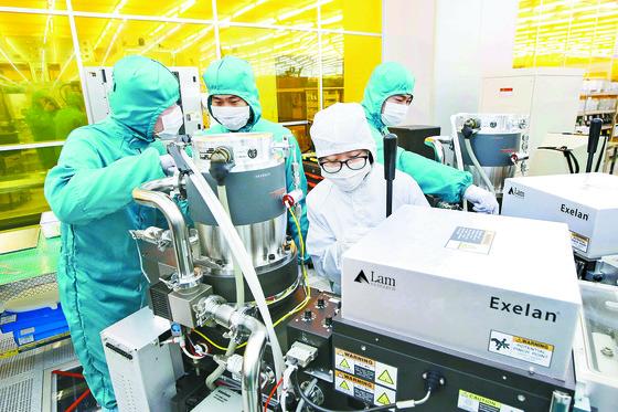 김정호 교수실 석·박사 과정 학생들이 실리콘 반도체 공정 클린룸에서 실험하는 모습. [사진 KAIST]