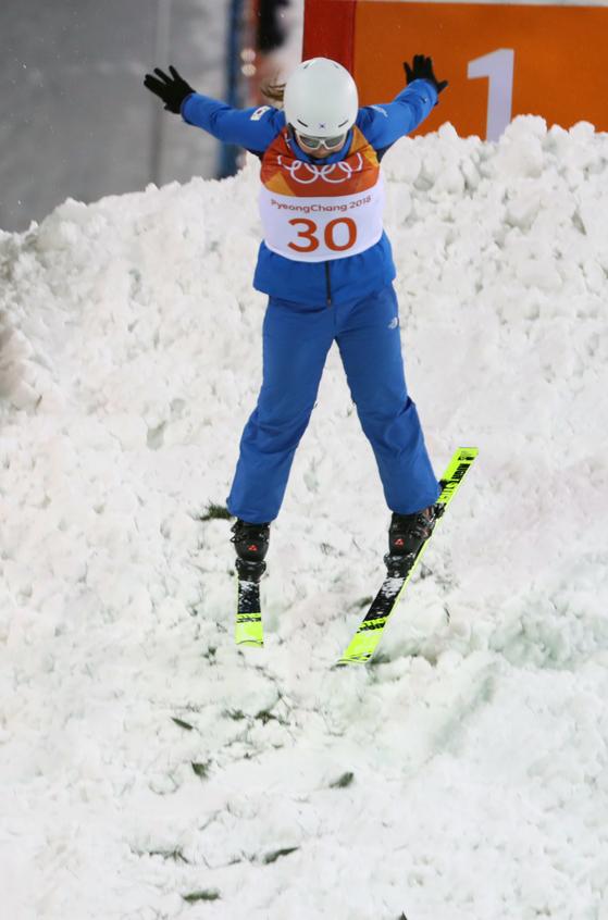15일 오전 강원도 평창 휘닉스 스노경기장에서 열린 2018평창동계올림픽 여자 프리스타일 에어리얼 예선에서 한국 김경은이 점프하고 있다. [평창=연합뉴스]