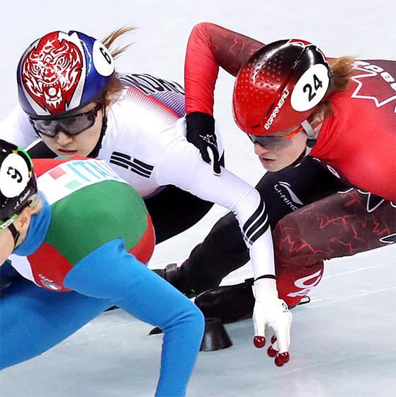 쇼트트랙 여자 500m 결승 경기에서 치열한 다툼을 벌이는 최민정(가운데)과 킴 부탱(오른쪽). [뉴스1]