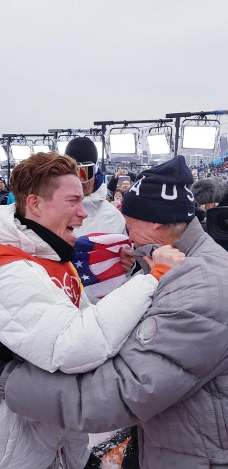 평창올림픽 스노보드 남자 하프파이프 우승을 극적으로 거둔 뒤, 아버지와 함께 기뻐하는 미국 숀 화이트. [사진 독자 제공]