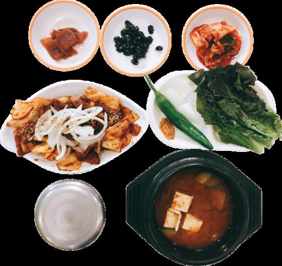 제육볶음과 된장찌개, 쌈 채소를 함께 내주는 창녕양파제육덮밥정식. [사진 한국도로공사]