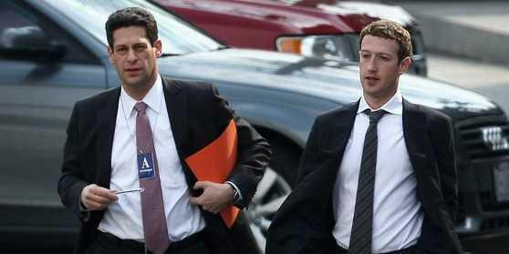 평소 회색 파커를 입고 생활하는 페이스북의 마크 저커버그(오른쪽)도 회사가 어려움에 처했을 때는 정장 차림으로 나타난다.