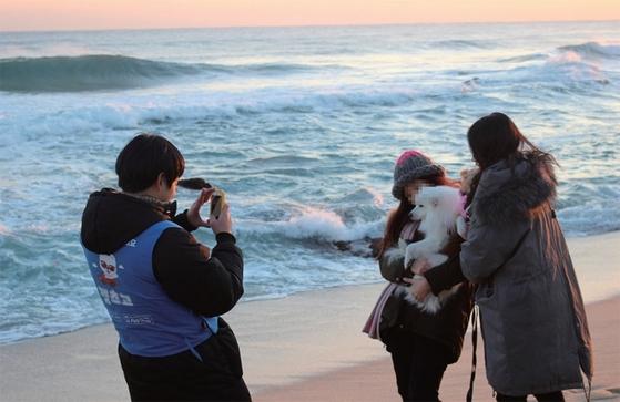 1월 1일 강릉 경포대에서 펫츠고트래블 관광객이 반려견과 함께 기념 사진을 찍고 있다. / 사진:펫츠고트래블 제공