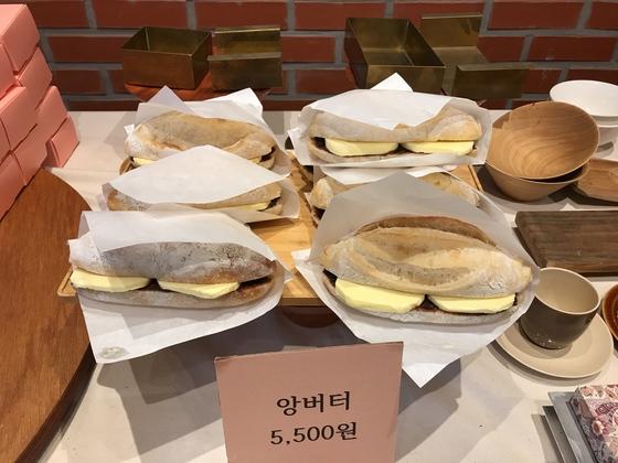 팥과 버터를 바케트 빵 안에 넣은 '앙버터'. 금옥당의 또다른 인기 메뉴다.