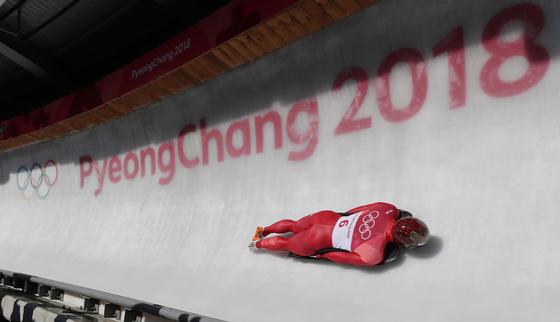 15일 강원도 평창군 슬라이딩센터에서 열린 남자 스켈레톤 1차 경기에서 대한민국 남자 스켈레톤 대표 윤성빈이 얼음을 가르며 질주하고 있다. [연합뉴스]