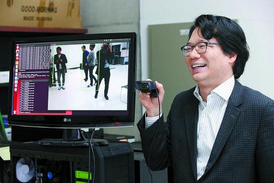 전기 및 전자공학부 김준모 교수가 인공지능 알고리즘을 컴퓨터로 구현하고 있다. [사진 KAIST]