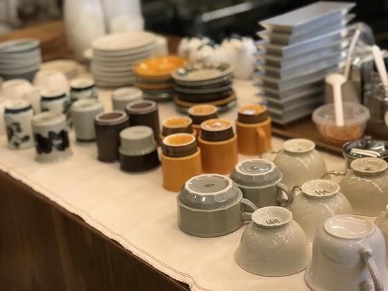 양갱 진열장 옆에 있는 음료 테이블. 그날 사용할 여러 모양의 컵이 놓여 있는 모습이 보기 좋다.