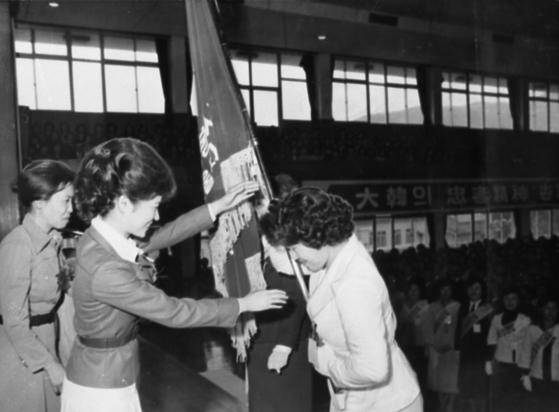 1976년 구국여성봉사단 수여식에 참석해 깃발을 전달하고 있는 박 전 대통령(당시 영애) [중앙포토]