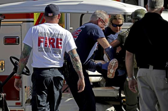 14일(현지시각) 플로리다주 파크랜드에 위치한 고등학교에서 총기 난사 사건이 발생했다. 부상자가 병원으로 이송되고 있다. [AP=연합뉴스]