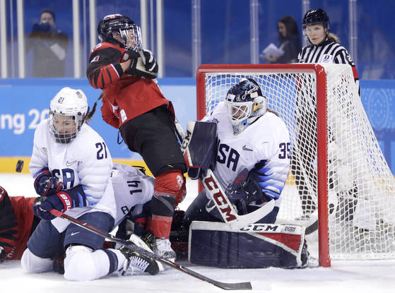 손에 땀을 쥐는 명승부를 펼친 미국과 캐나다 여자 아이스하키 선수들. [AP=연합뉴스]