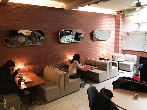 옛날 다방 같은 분위기의 테이블 공간. 거울과 소파는 김 대표가 직접 디자인해 제작하고 테이블 위 조명은 영국에서 사 와 실내를 꾸몄다.
