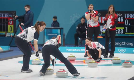15일 강릉컬링센터에서 열린 한국과 캐나다 여자컬링 예선 1차전에서 한국의 김경애가 스톤의 방향을 알려주고 있다. [강릉=연합뉴스]