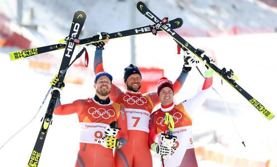 알파인스키 활강 우승자 스빈달(가운데)이 은메달리스트 얀스루드(왼쪽), 동메달리스트 포이츠와 함께 환호하고 있다. [연합뉴스]