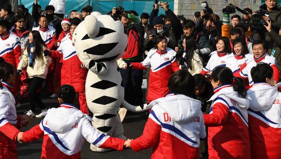 2018 평창동계올림픽에 참가하는 북한 선수단의 공식 입촌식이 열린 8일 오전 강릉선수촌에서 북한 선수단이 수호랑과 어울리고 있다. [중앙포토]