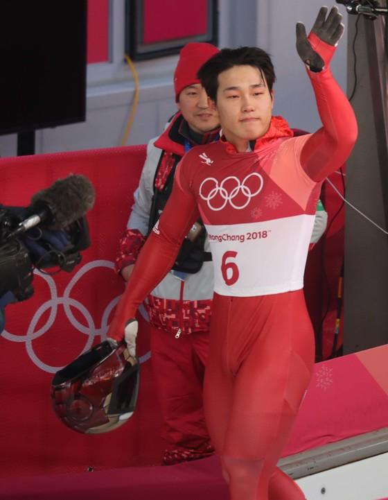 15일 올림픽 슬라이딩센터에서 열린 남자 스켈레톤 2차 주행을 마친 윤성빈이 레이스를 마친 뒤 관중들의 환호에 손을 흔들고 있다. 평창=오종택 기자