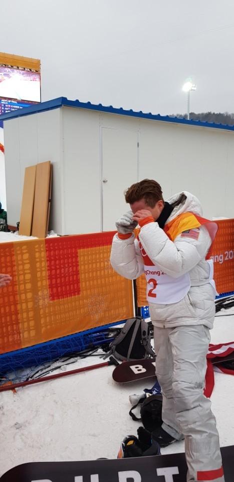 평창올림픽 스노보드 남자 하프파이프 우승을 극적으로 거둔 뒤, 눈물을 닦는 미국 숀 화이트. [사진 독자 제공]