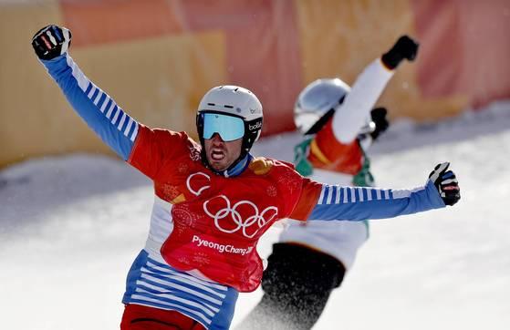 스노보드 크로스 우승자 볼티어(앞)가 에르난데스(뒤)에 앞서 결승선을 통과해 올림픽 2연패를 이룬 뒤 환호하고 있다. [AP=연합뉴스]