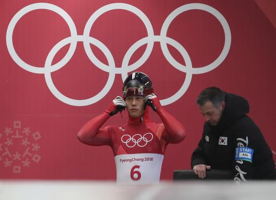 윤성빈이 15일 강원도 평창군 올림픽슬라이딩센터에서 열린 2018 평창동계올림픽 스켈레톤 남자 1차 주행에서 출발 준비를 하고 있다. [평창=뉴스1]