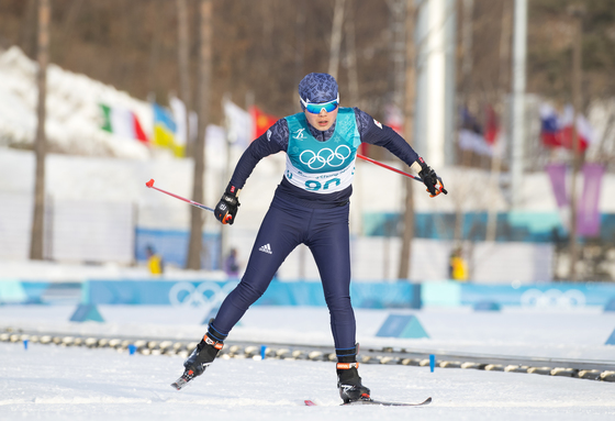 15일 오후 평창 알펜시아 올림픽파크 크로스컨트리센터에서 열린 2018 평창동계올림픽 크로스컨트리 여자 10km 프리 경기에서 북한 리영금이 결승선을 통과하고 있다. [평창=연합뉴스]