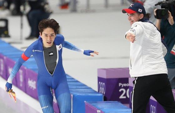 밥데용(오른쪽) 코치와 하이파이브를 하는 이승훈. 2010년 올림픽에선 이승훈이 금메달, 밥데용 코치가 동메달을 땄었다. [강릉=뉴스1]