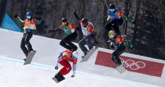 평창올림픽 스노보드 크로스 출전자들이 점프 구간에서 일제히 공중으로 도약하고 있다. [AP=연합뉴스]