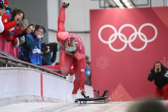 15일 평창 슬라이딩 센터에서 열린 평창 겨울올림픽 남자 스켈레톤 1차 주행에서 윤성빈이 힘찬 스타트를 하고 있다. 평창=오종택 기자