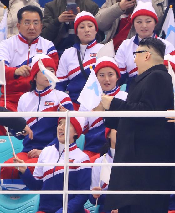 14일 평창 겨울올림픽 여자 아이스하키 남북단일팀-일본 경기에서 김정은 북한 노동당 위원장으로 분장한 하워드가 북한 응원단 앞에서 한반도기를 흔들고 있다. [연합뉴스]