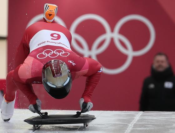 윤성빈이 15일 올림픽 슬라이딩센터에서 열린 남자 스켈레톤 2차 주행을 위해 스타트하고 있다. 평창=오종택 기자