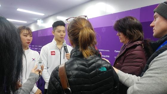 14일 강릉아이스아레나 믹스트존에서 외신 기자들의 질문에 답해주고 있는 피겨 페어 김규은-감강찬 조.