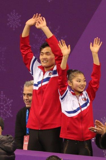 북한 염대옥-김주식 조가 프리 연기를 마치고 관중들의 환호에 손을 흔들고 있다. [강릉=뉴스1]