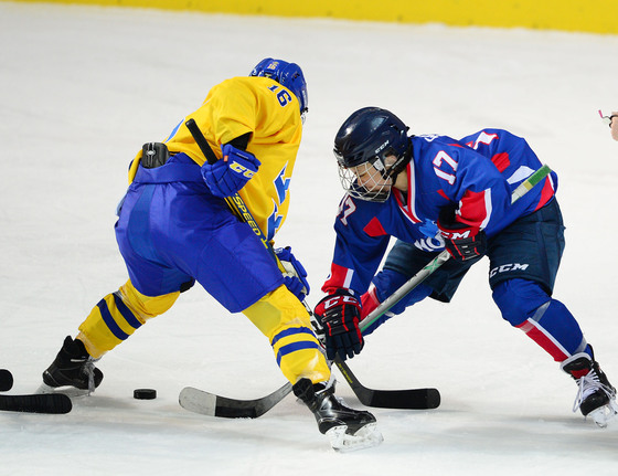 남북 여자 아이스하키 단일팀이 4일 오후 인천 선학링크에서 스웨덴과 친선 평가전을 벌였다. 단일팀 한수진이 스웨덴 선수와 퍽을 다투고 있다.  [인천=사진공동취재단]
