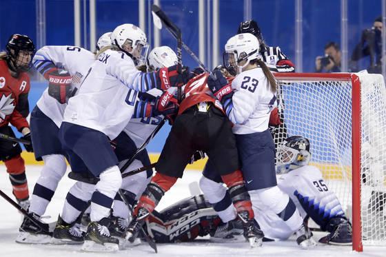 미국 골대 앞에서 몸싸움을 벌이는 캐나다, 미국 선수들. [AP=연합뉴스]