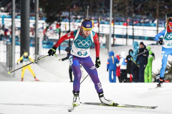 귀화선수 예카테리나 에바쿠모바가 10일 강원 평창군 알펜시아 바이애슬론센터에서 열린 2018 평창동계올림픽 바이애슬론 여자 7.5km 스프린트에서 설원을 가로지르고 있다. [뉴스1]
