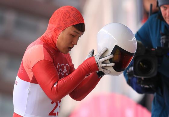 15일 강원도 평창군 슬라이딩센터에서 열린 남자 스켈레톤 1차 경기에서 대한민국 남자 스켈레톤 대표 김지수가 결승선을 통과하한 뒤 헬멧을 벗고 있다. [평창=연합뉴스]