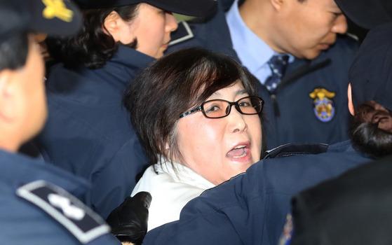 구속 상태에서 체포영장이 발부된 최순실씨가 2017년 1월 25일 특검 사무실로 압송되며 고함을 치고 있다. [중앙포토]
