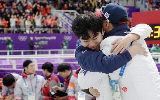 13일 남자 1500m에서 동메달을 따낸 김민석을 끌어안는